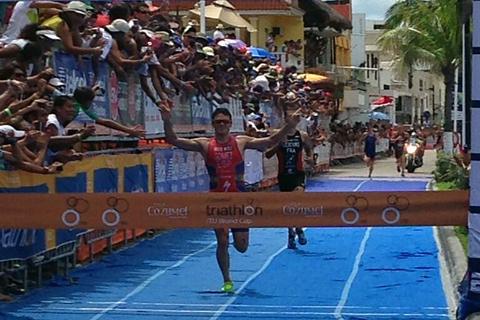 Javier Gómez Noya llegando a meta en Cozumel. | Federación Triatlón