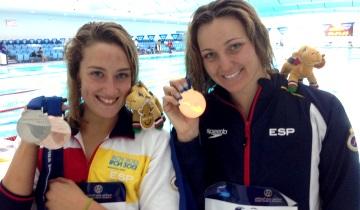 Las españolas Mireia Belmonte y Melani Costa en Dubai 2013 con sus medallas. Fuente: FV - RFEN