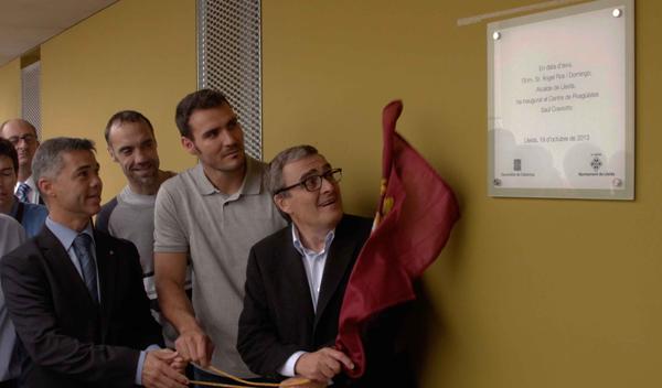Saúl Craviotto descubre junto a responsables políticos la placa con su nombre en el centro de  piragüismo. | AD