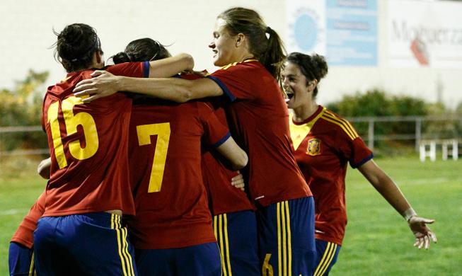 La selección femenina de fútbol celebra la victoria frente a Italia. Fuente: RFEF