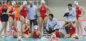 Miki Oca da instrucciones a sus jugadoras. Fuente: RFEN