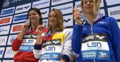 Mireia Belmonte en lo más alto del podio de los 400 libres. Fuente: COE