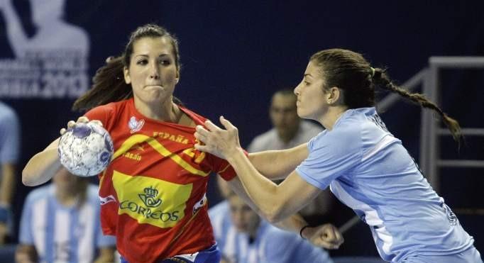 Lara González y Lucía Haro durante el segundo encuentro del mundial de 2013, España-Argentina. Fuente: EFE