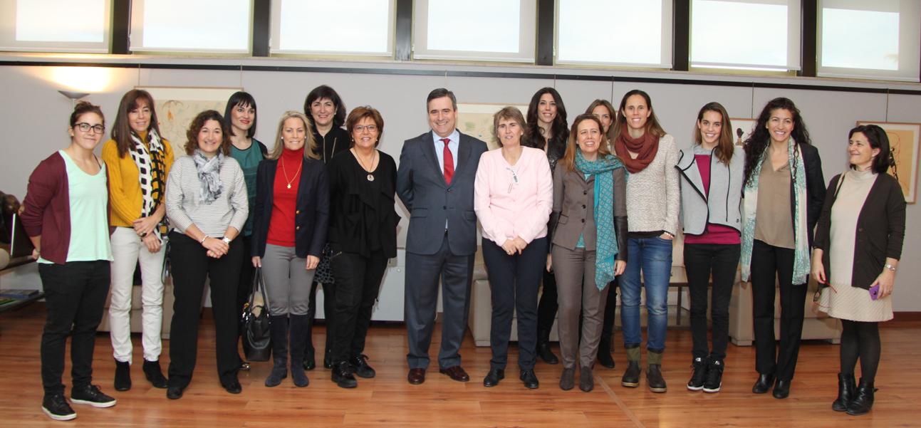 Foto de familia en la apertura del Foro 'Mujer, cultura y sociedad'. Fuente: AD