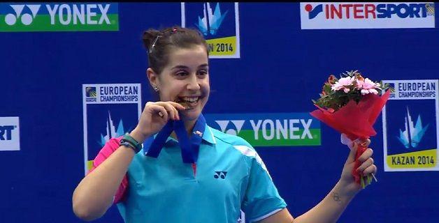 La andaluza Carolina Marín muerde la medalla de oro. Fuente: badminton.es