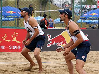 Adrián Gavira y Pablo Herrera durante el torneo en China. Fuente: RFEVB