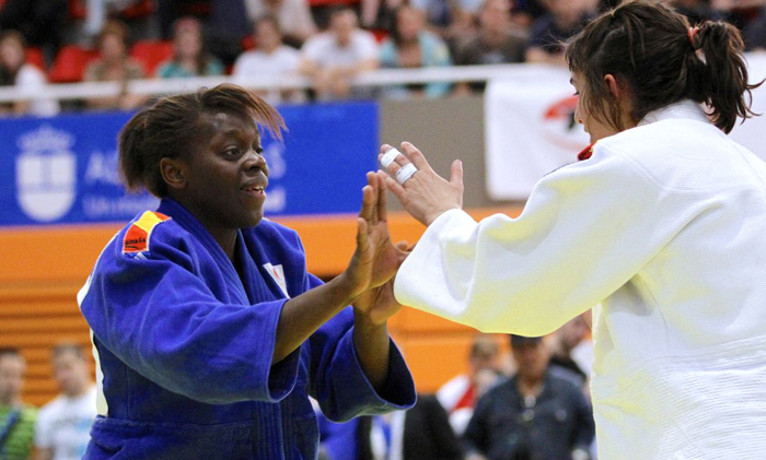 La judoca española María Bernabéu, a la izquierda, durante un combate.