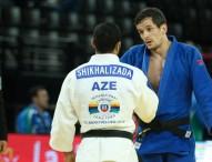Sugoi Uriarte acaricia la medalla en el Europeo