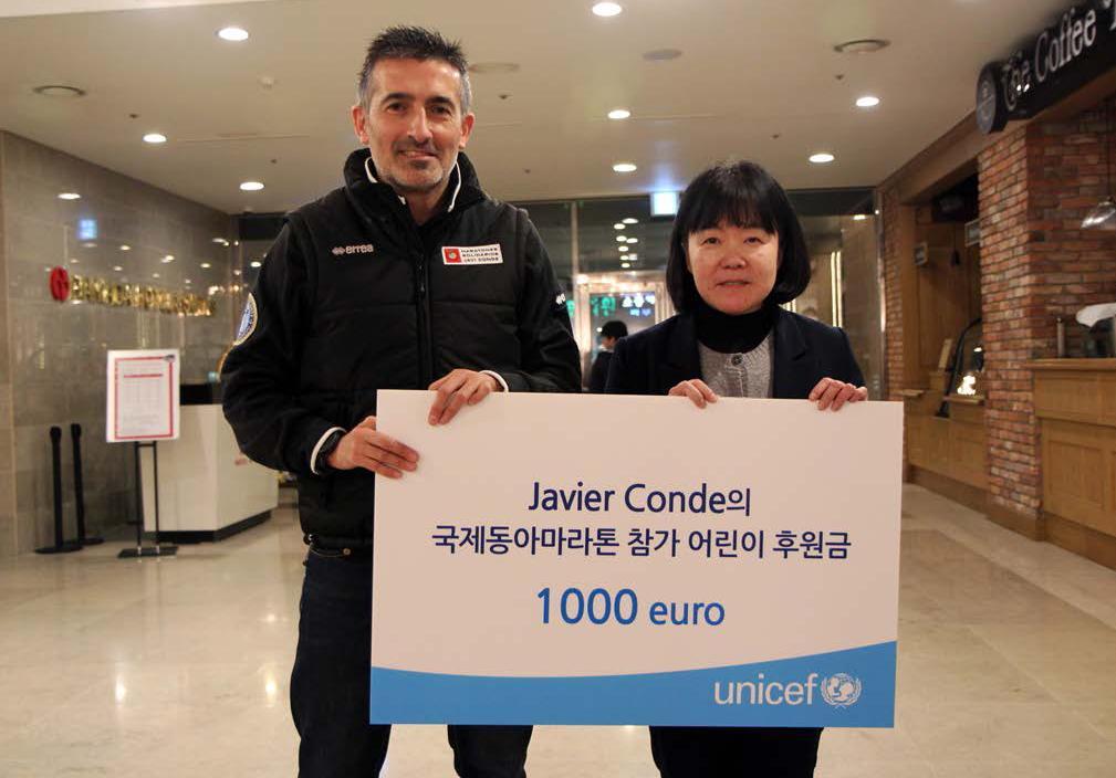 Javi Conde entrega un talón de 1000€ a Unicef Korea, 2013. Fuente: AD.