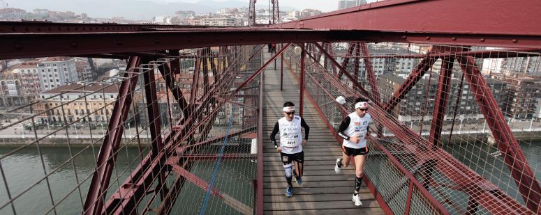 El atleta paralímpico Javi Conde en el Puente de Bizkaia, 2012. Fuente:AD.