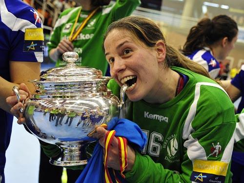 La guardameta Ana Temprano celebra un título con el Bera Bera. Fuente: RFEBM