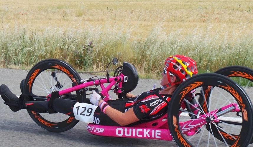 La deportista de handbike y triatlón Eva Moral durante una competición. Fuente: RFEC