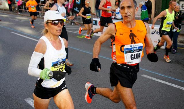 La atleta Mari Carmen Paredes junto a su marido y guía Lorenzo Sánchez. Fuente: AD