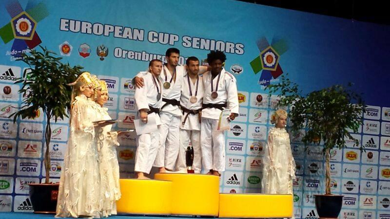 Dasnel Gutiérrez a la derecha en el podio de la Copa de Europa.