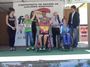 Eva Moral, en el centro, tras ganar el campeonato de España. Fuente: RFEC
