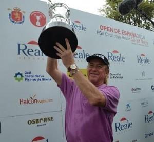 Miguel Ángel Jiménez levanta la copa del Open de España. Fuente: Jorge Andreu