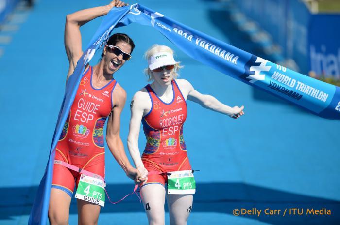 La triatleta Susana Rodríguez junto a su guía Mayalen Noriega. Fuente: ITU Media