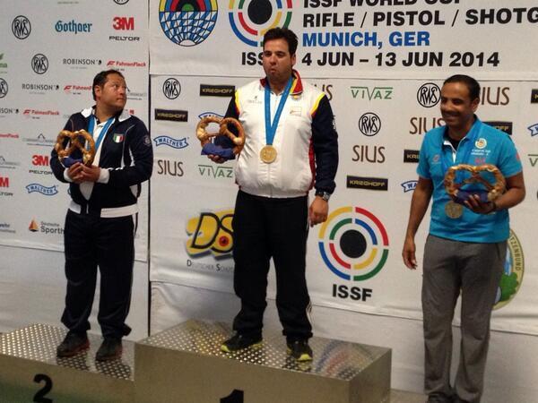 El podio de Foso Olímpico de Múnich con Antonio Bailón en el centro, el italiano Massimo Fabbrizi (a su derecha) y el kuwaití Fehaid Aldeehni, a su izquierda. Fuente: RFETO