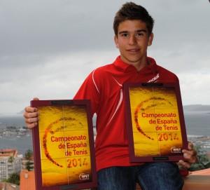Martín con los trofeos de campeón de España.