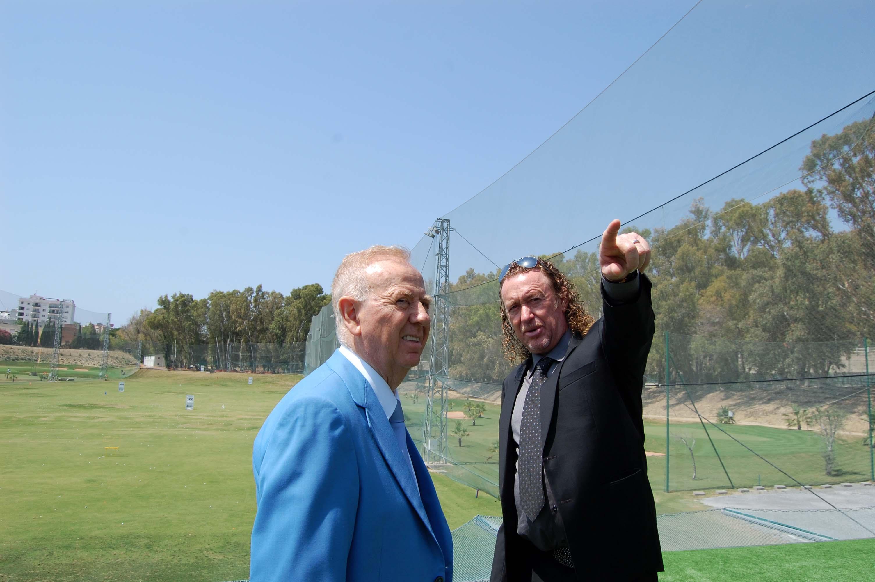 El alcalde de Torremolinos Pedro Fernández Montes y el golfista Miguel Ángel Jiménez durante la Inauguración de 'La Casa Club'. Fuente: AD