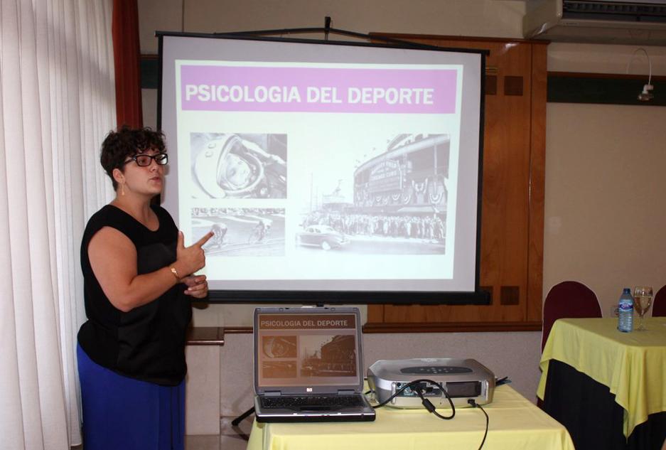 La psicóloga Rocío Bohórquez durante la charla 'Factores Psicológicos en el deporte' en el Club Náutico de Sevilla. Fuente: AD