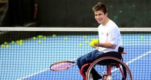 El tenista vigués sonríe en un entrenamiento.