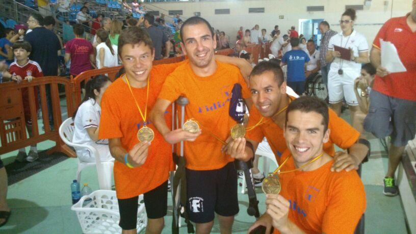 Tomás Romero y Miguel Ángel Martínes (izq.) con las medallas en el Campeonato de España de Natación Adaptada. Fuente: AD