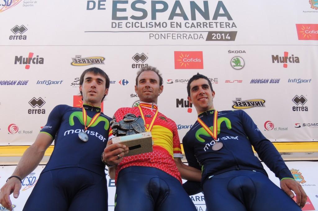 Alejandro Valverde escoltado en el podio por Izaguirre y Castroviejo. Fuente: RFEC