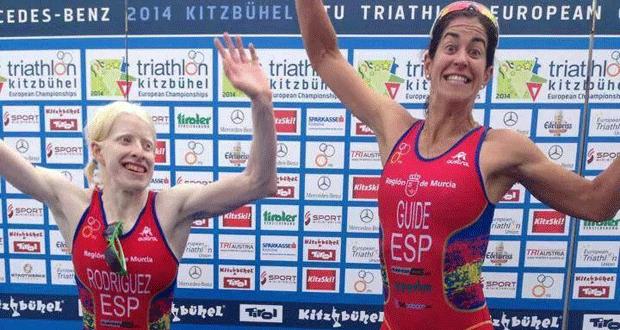 La triatleta Susana Rodríguez junto a su guía Mayalen Noriega. Fuente: AD