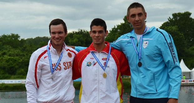 El kayakista español Roi Rodríguez con la medalla de oro. Fuente: RFEP