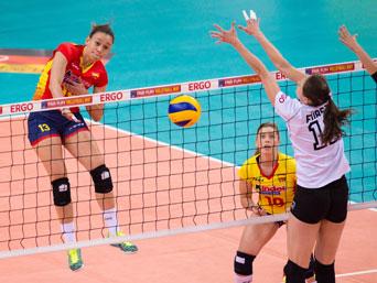 La selección española femenina de voleibol en su primer partido frente a Polonia en la Liga Europea. Fuente: RFEVB