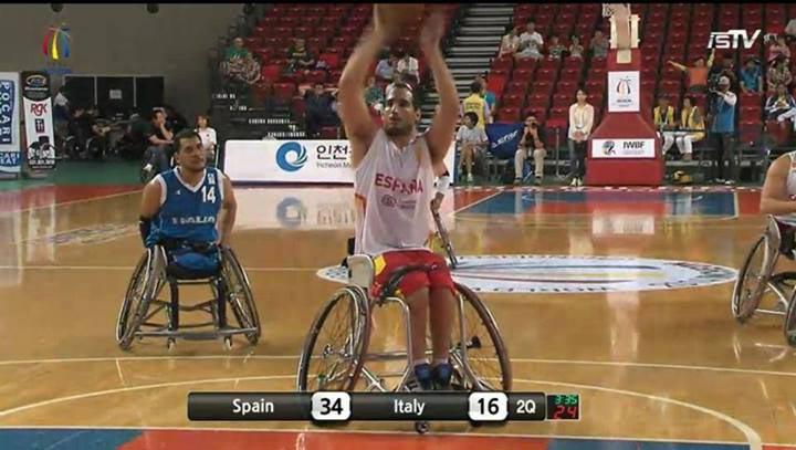 La selección española de baloncesto en silla de ruedas disputando el partido contra Italia. Fuente: AD