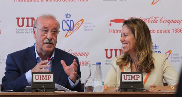 El seleccionador español de fútbol Vicente del Bosque junto a la directora general del CSD, Ana Muñoz. Fuente: AD
