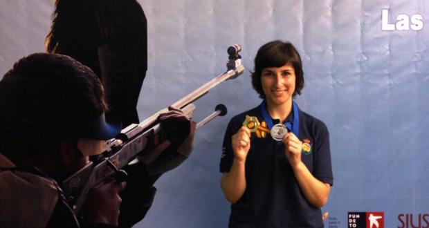 La tiradora Nuria Vega con su medalla de plata en Las Gabias. Fuente: Tiro olímpico
