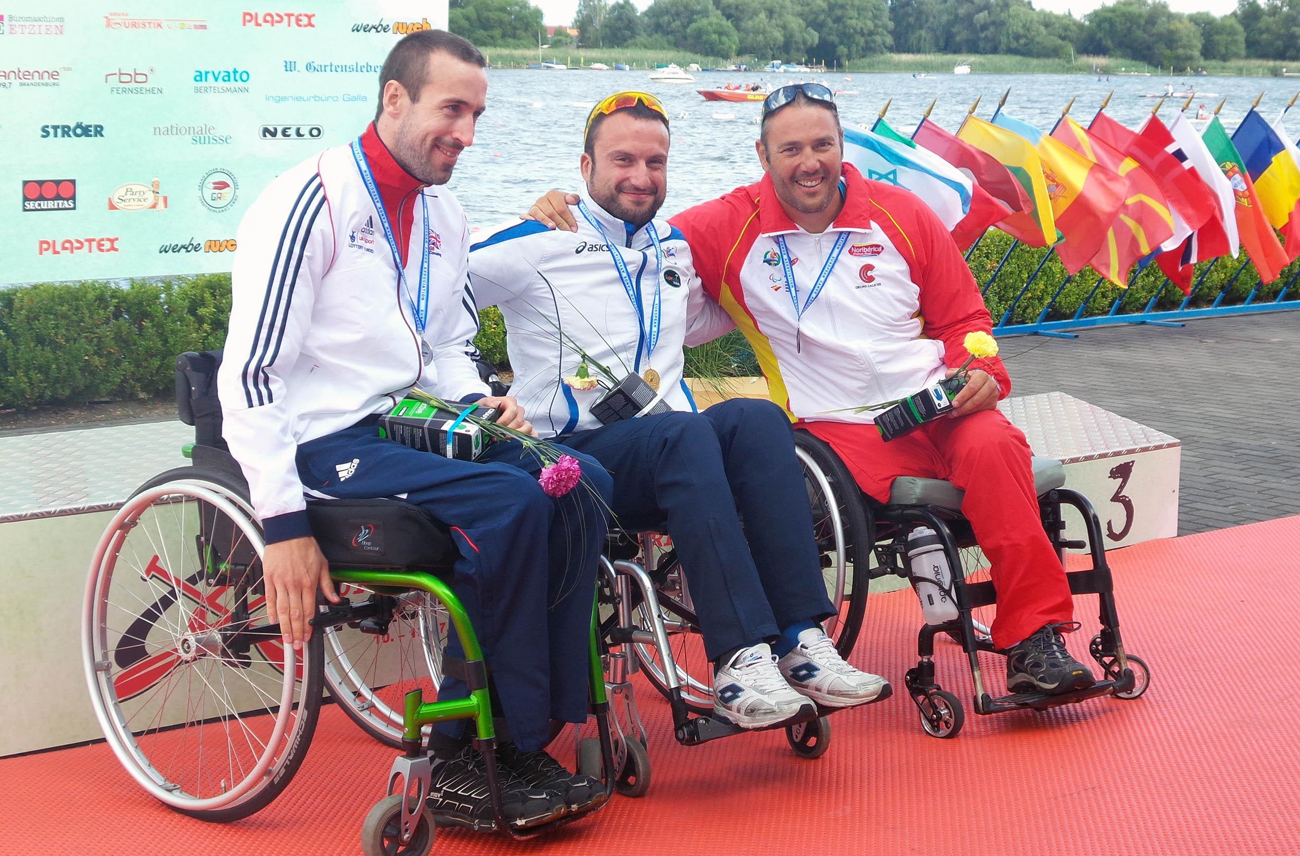 Javier Reja (der.) en el podio tras conseguir la medalla de bronce en el Europeo. Fuente: AD