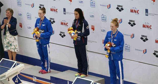 Rosie Rudin, África Zamorano y Georgia Coates se suben al podio en el Europeo junior de natación. Fuente: AD