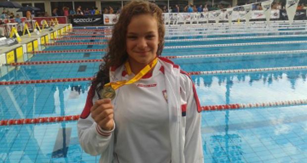 La malagueña Carmen Balbuena con la medalla de oro de los 200 mariposa. Fuente: RFEN