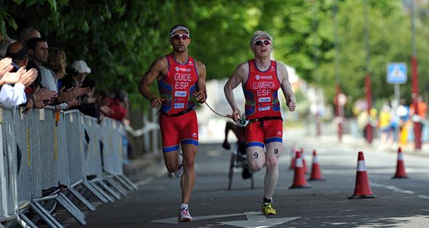 Daniel Llambrich junto a su guía Jonathan Galán. Fuente: Darío Rodríguez - ITU Media