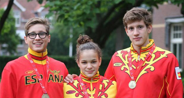 El nadador (derecha) se colgó el año pasado un total de 13 preseas nacionales. Fuente: AD