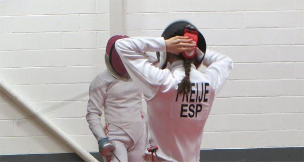 Aroa Freije durante una de las pruebas que reúne el pentatlón moderno, la esgrima. Fuente: AD