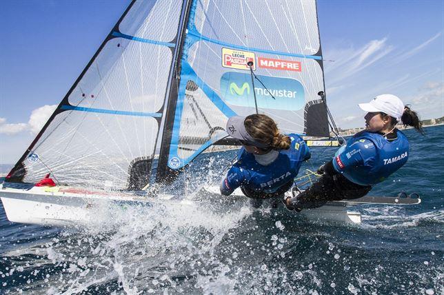 Las regatistas españolas Támara Echegoyen y Berta Betanzos han alcanzado la 8ª posición en la clasificación general. Fuente: María Muiña