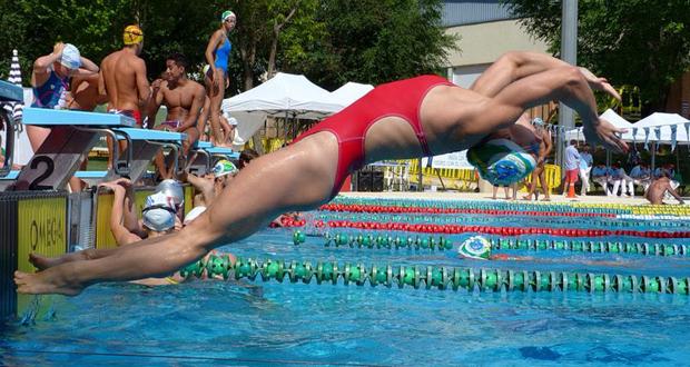 La algecireña Laura Yus se lanza a la piscina en una prueba. Fuente: AD