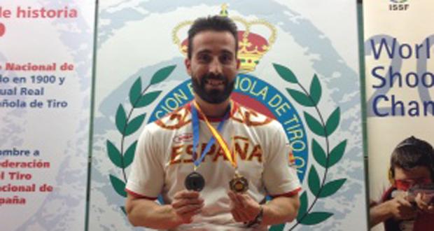 Jorge Llames con la medalla de oro de pistola velocidad. Fuente: tiroolímpico.