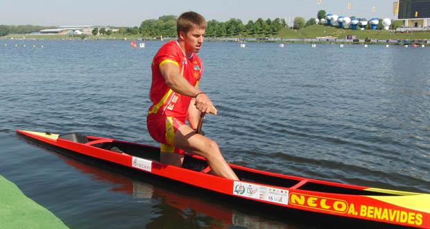 Alfonso 'Sete' Benavides en su canoa antes de afrontar una prueba de C-1 200 metros. Fuente: RFEP