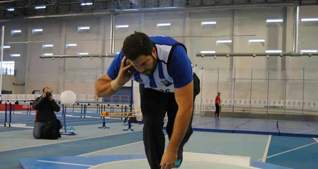 El lanzador de peso Borja Vivas en una competición en pista cubierta. Fuente: Club Atletismo Málaga