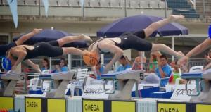 Jimena Pérez salta a la piscina. Fuente: AD