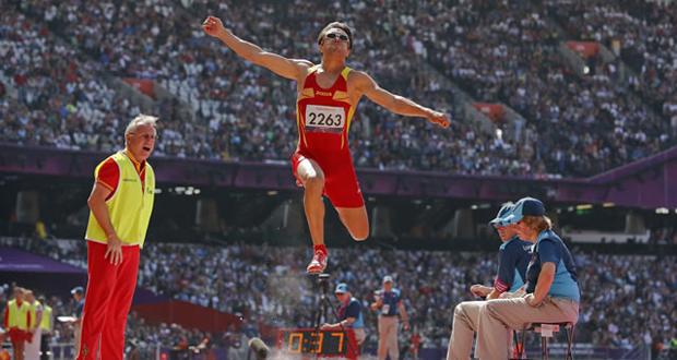 El atleta Xavi Porras en un salto de longitud con su entrenador Miguel Ángel Torralba. Fuente: AD