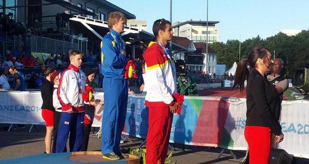 Lorenzo Albaladejo recogiendo la medalla de plata en el podio de Swansea. Fuente: AD