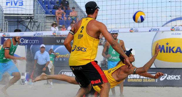 Los jugadores de voley playa Adrián Gavira y Pablo Herrera en un partido. Fuente: Peter Weber.