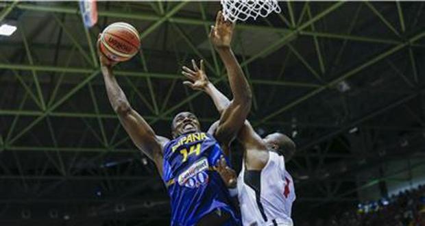 El jugador español Serge Ibaka de lanzar ante la oposición de un jugador angoleño. Fuente: FEB